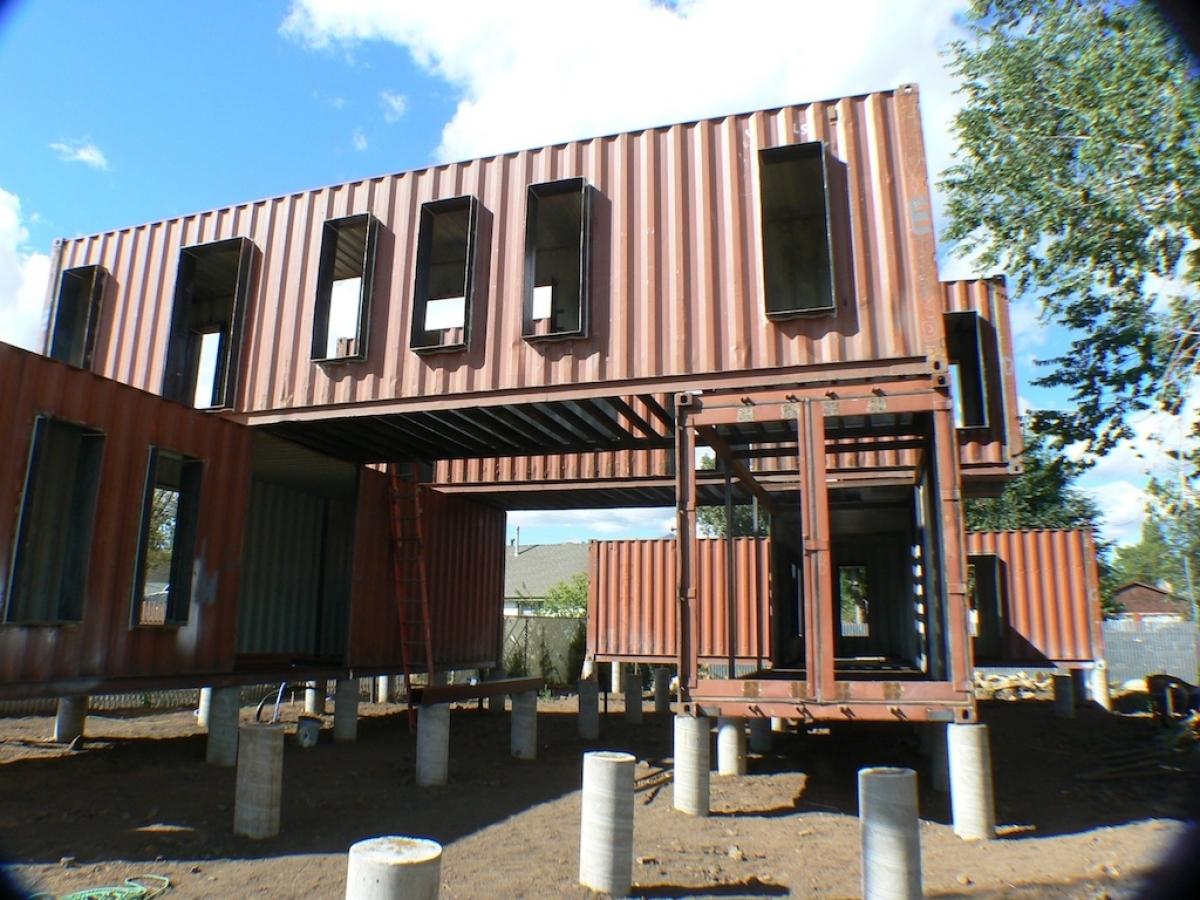 Процесс строительства дома из контейнеров