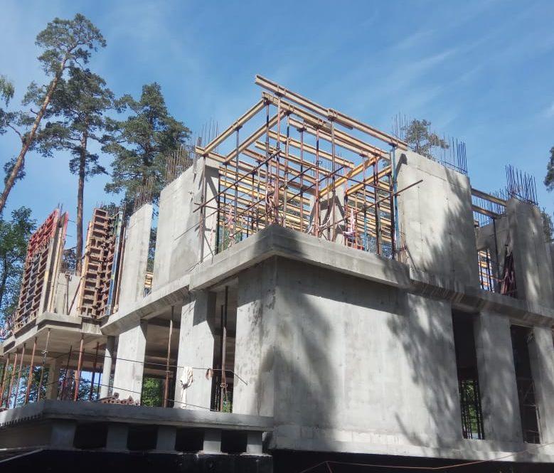 Элитный монолитный дом в процессе строительства